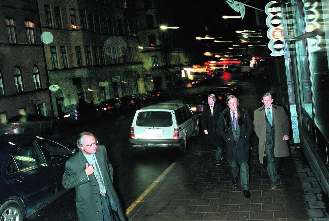 """festkillar Carl XVI Gustaf och hans vänner """"Aje"""" Philipson och """"Noppe"""" Lewenhaupt anländer till The Lobby på Rådmansgatan i Stockholm för att gå på julfest. Senare samma kväll fick alla fly från lokalen när ett bråk utbröt. Bilden är tagen 2002."""