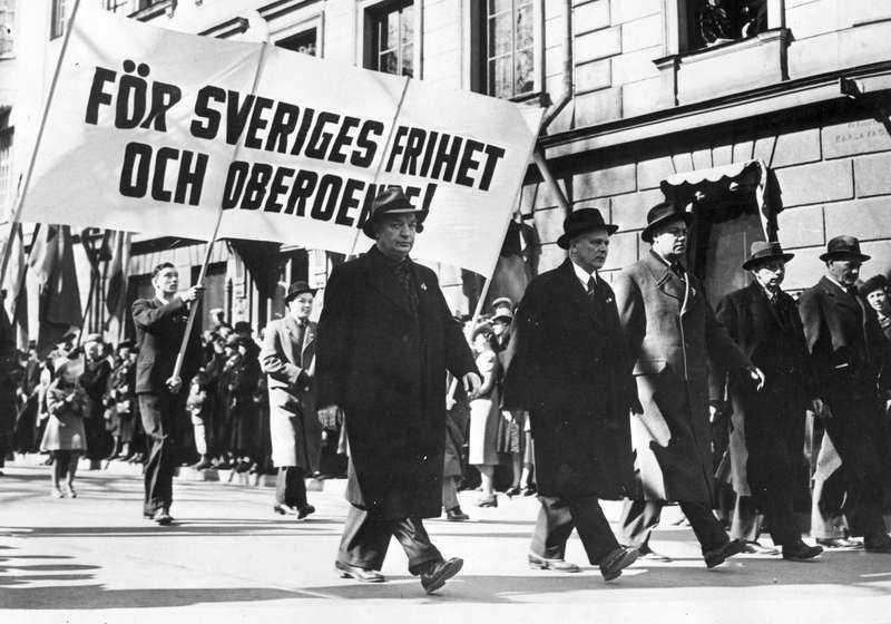 Miljardsatsade Statsminister Per Albin Hansson i ett demonstrationståg 1940. Mellan 1938 och 1941 ökade den svenska försvarsbudgeten från 258 miljoner till två miljarder.