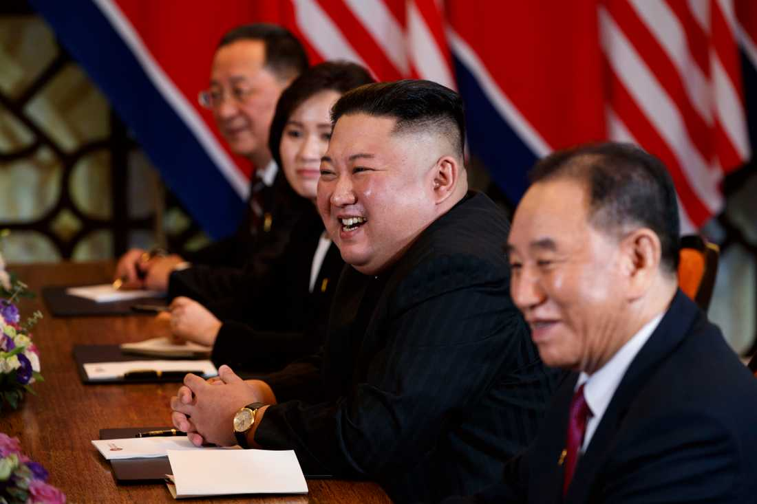 Nordkoreas diktator Kim Jong-Un under toppmötet med Donald Trump i Hanoi i februari. Närmast kameran Kim Yong-Chol, som nu uppges ha satts i arbetsläger.