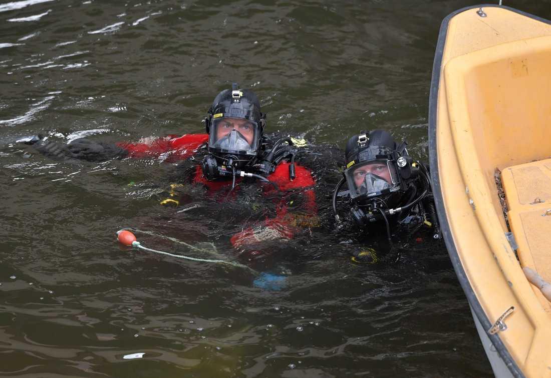 Polisen dykare söker under Lidingöbron efter dödsskjutning på tisdagen.