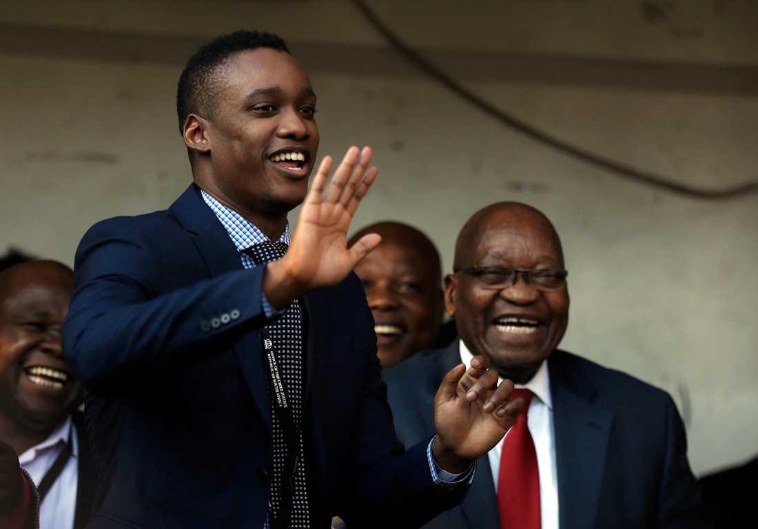Duduzane Zuma, med pappan och expresidenten Jacob i bakgrunden, vid en korruptionsrättegång i maj. Arkivbild.