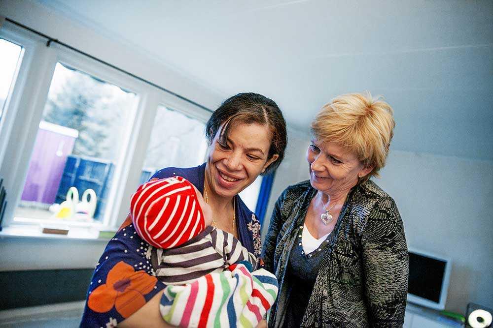 Lokalvårdaren Anette Gustafsson fick agera barnmorska när Oskar föddes på parkeringsplatsen vid Mölndals sjukhus. Cheima Ordasi, henne nyfödda Oskar och Anette Gustafsson.