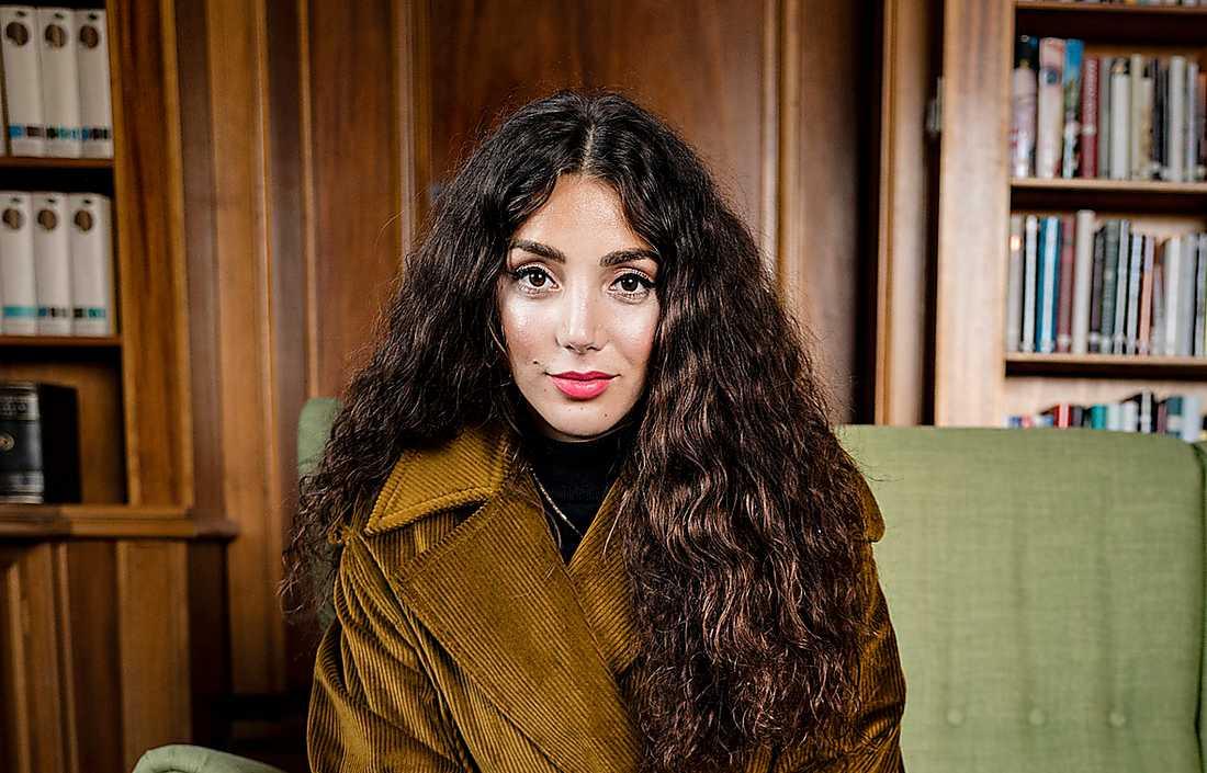 Gina Dirawi (född 1990) är  prisbelönt programledare, komiker, skådespelare och artist. Hennes debutroman förtjänar uppmärksamhet och priser, skriver Aftonbladets recensent.