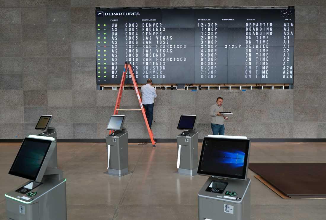 Flyg har ställts in och försenats på grund av personalproblem.