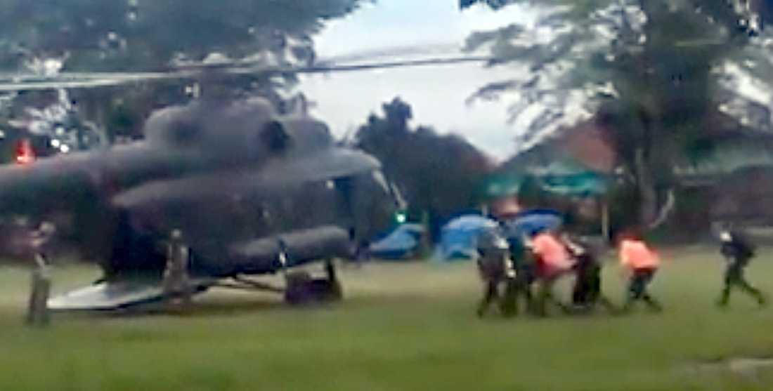 Fotot visar vad som tros vara en av de räddade pojkarna som först till en helikopter på bår.