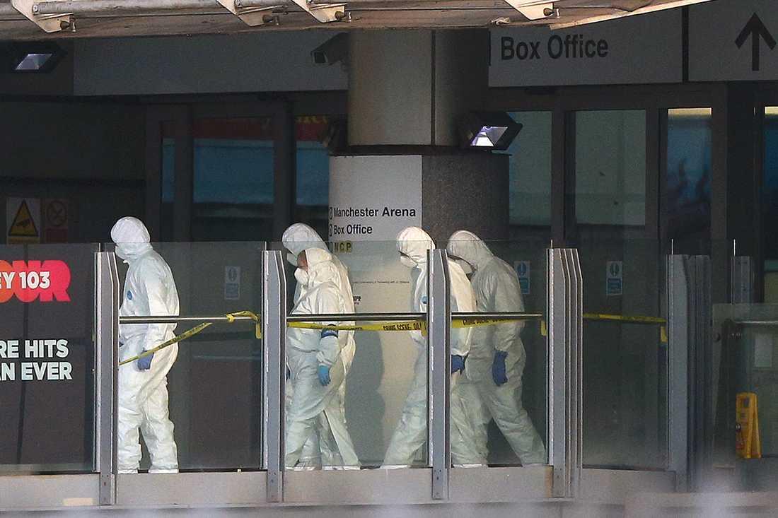 Polistekniker på plats vid Manchester Arena på tisdagsmorgonen.