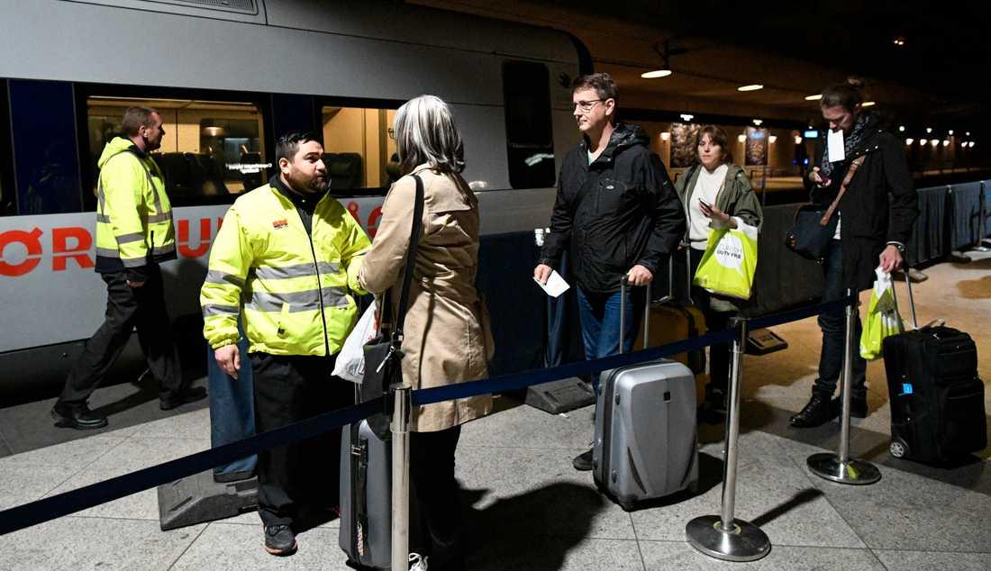 ID-kontroll av passagerare på tåget från Kastrup till Malmö, strax innan kontrollerna togs bort våren 2017. Arkivbild.