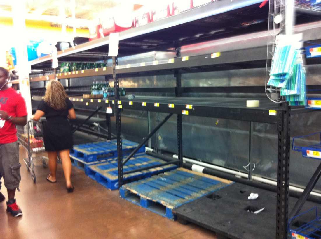 Butikshyllorna gapar tomma när människor hamstrar inför stormens ankomst.