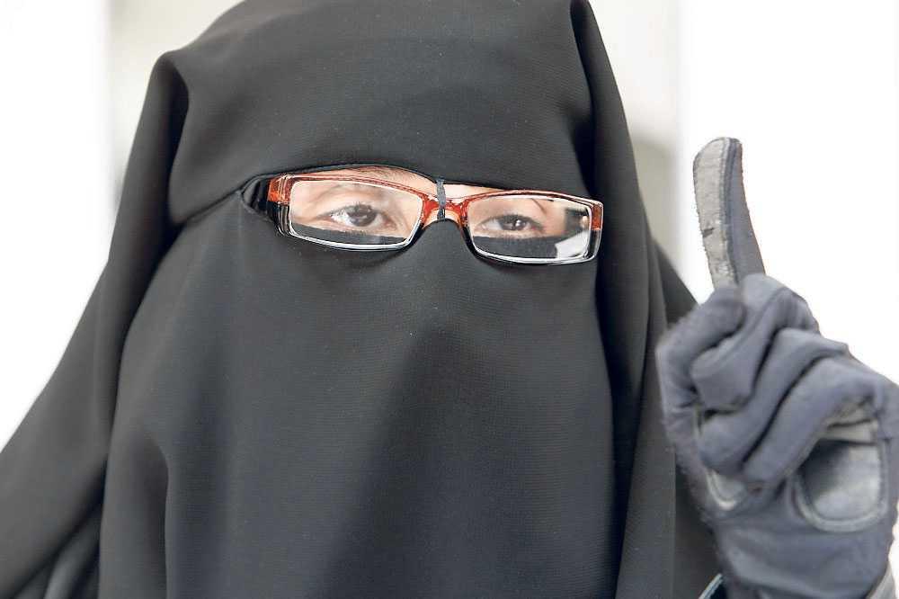 Fransk kvinna klädd i niqab.