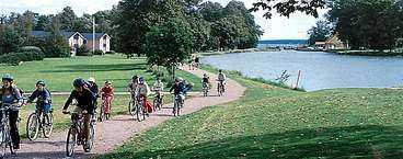 Att cykla längs Göta kanal är populärt. Det finns ett tiotal färdiga cykelpaket att välja på.