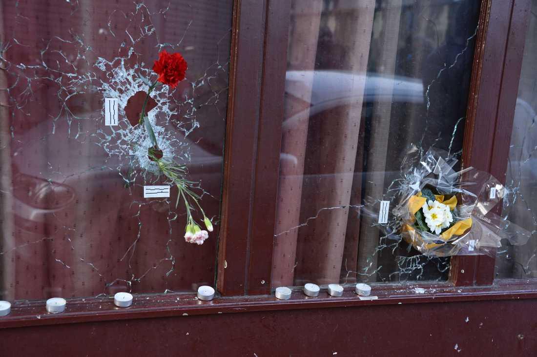 Skotthål efter terrordåden i Paris.