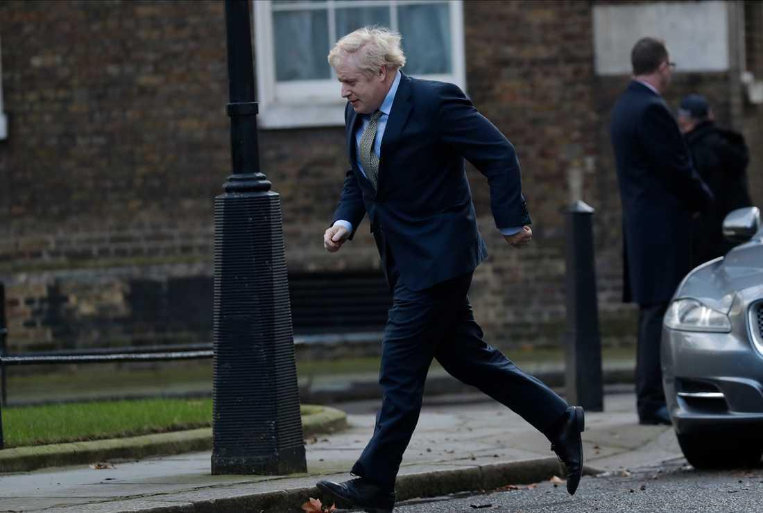 Premiärminister Boris Johnson återvänder till 10 Downing street efter ett möte med drottning Elizabeth på Buckingham Palace.
