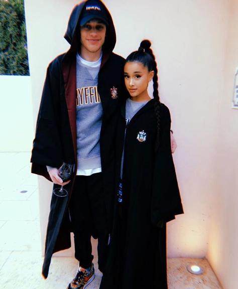Ariana Grande och Pete Davidson, iklädda Harry Potter-inspirerade kostymer.