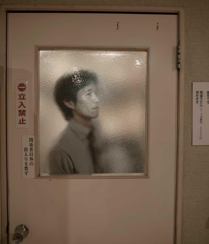 Bildreportage utland, 3-e pris: Hotellets manager Hirokazu Fukushima lyssnar genom dörren till sitt kontor.