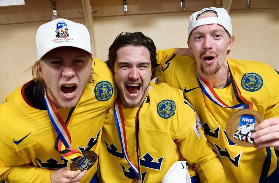 Dennis Everberg (i mitten) firar VM-guld 2017.