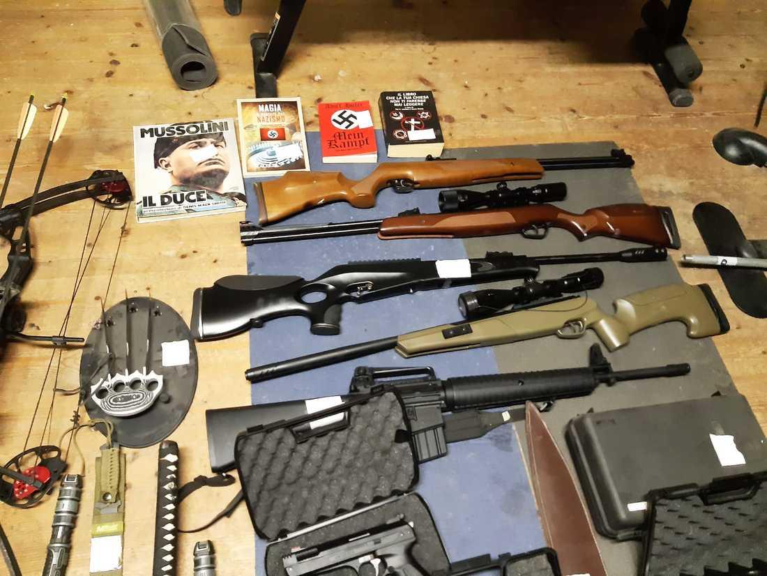 Några av de vapen och skrifter som beslagtogs under tillslagen mot 19 misstänkta nynazister i Italien i torsdags. Bilden kommer från polisen.