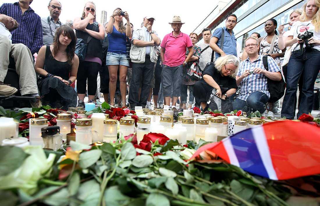 Blommor lämnades och ljus tändes på Sergels torg.