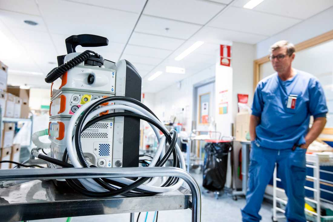 Anders Ersson är ledningsläkare och medicinskt ansvarig vid Intensivvårdsavdelningen på Nyköpings Lasarett. Han berättar att intensivvården som bedrivs där just nu är närmast fältmässig.