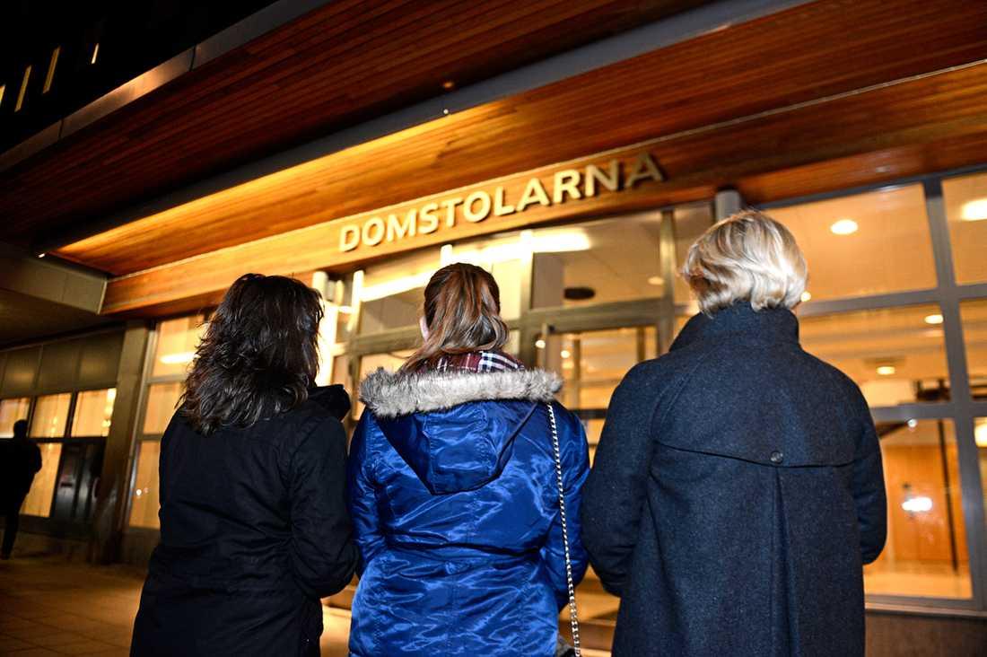 Familjen som fick se sin far dö i ett TV 3-program har vänt sig till Uppsala tingsrätt för att få upprättelse.
