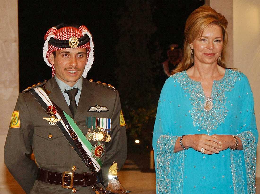 Prins Hamza tillsammans med sin mamma, drottning Noor, på ett bröllop i Amman 2004. Samma år fråntogs Hamza sin titel som Jordaniens kronprins, vilket sådde split inom kungafamiljen.