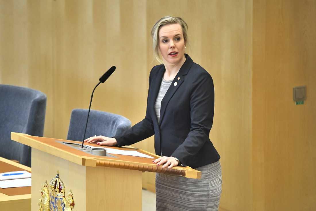 Linda Westerlund Snecker (V) i riksdagens talarstol.