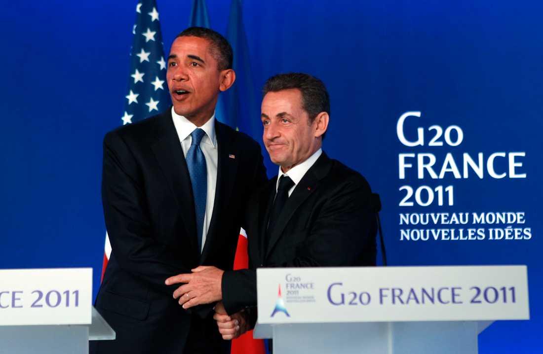 Sarkozy och Obama håller sig till varandra.