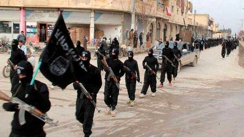 Medlemmar ur Islamiska staten på marsch genom syriska Raqqa.