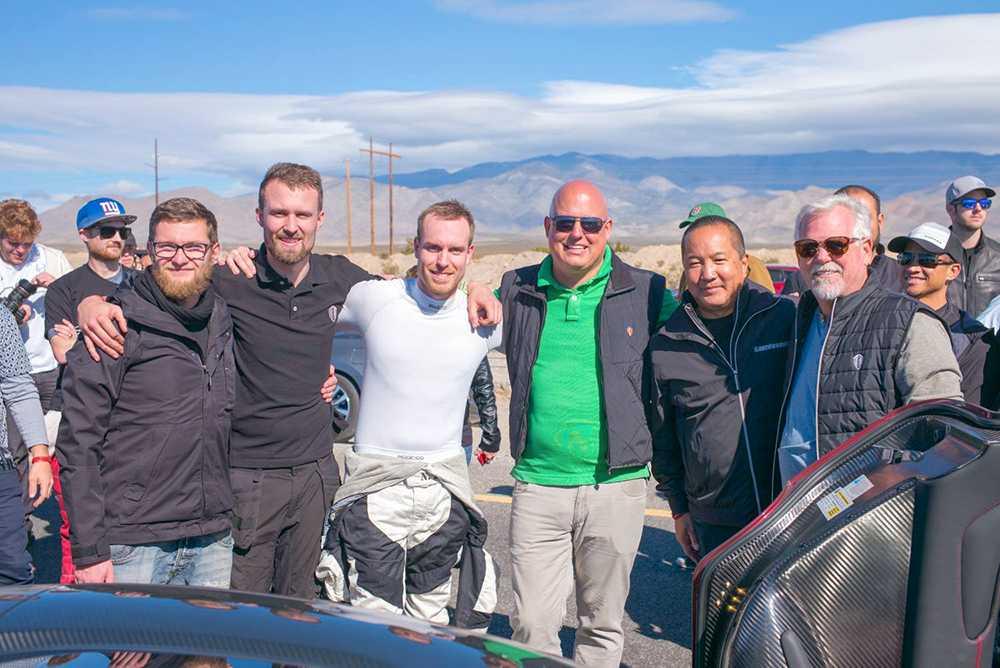 idel glada miner i Nevada. Testföraren Niklas Lilja och Christian von Koenigsegg i mitten. Nytt världsrekord.