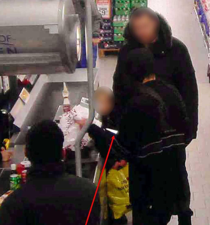 Här tvingas 48-åringen att försöka råna en butik. Pilen visar hur 48-åringen tar fram en kniv.