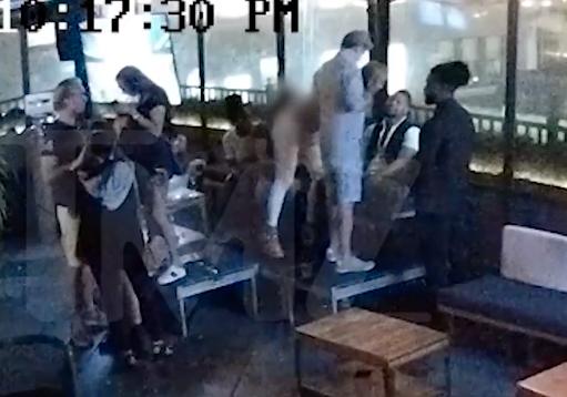 Övervakningsbilderna visar hur Gooding Jr sitter intill den målsägande på en nattklubb i New York.