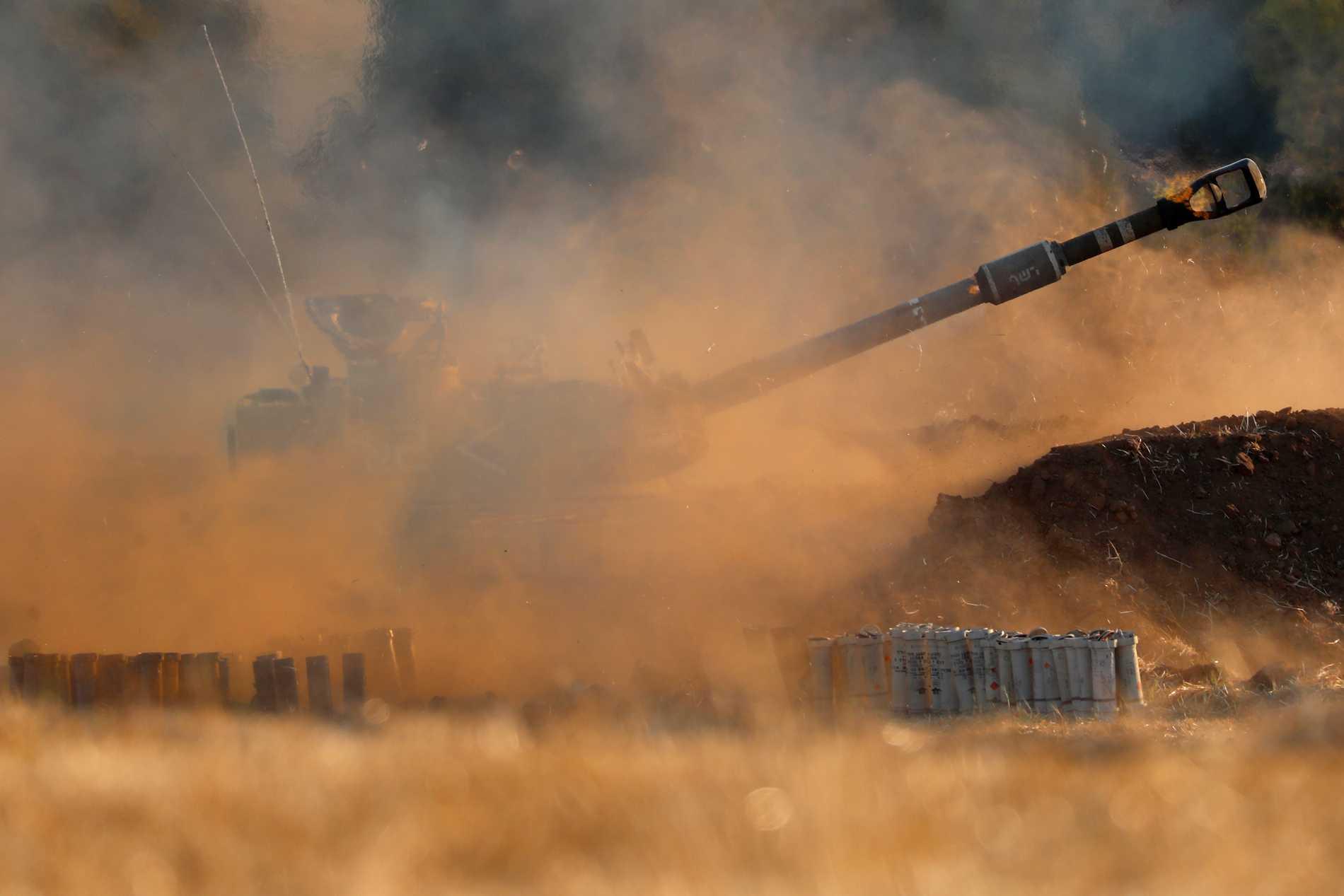 En israelisk artilleripjäs vid Gazaremsan på torsdagen.