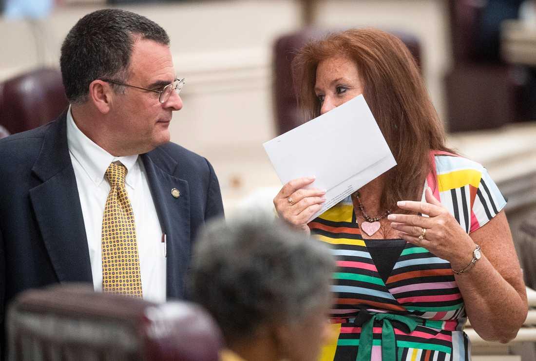 Delstatskongressledamöterna Chris Pringle och Terri Collins i Alabama delstatskongress i Montgomery i samband med veckans överläggningar om abortlagstiftning.