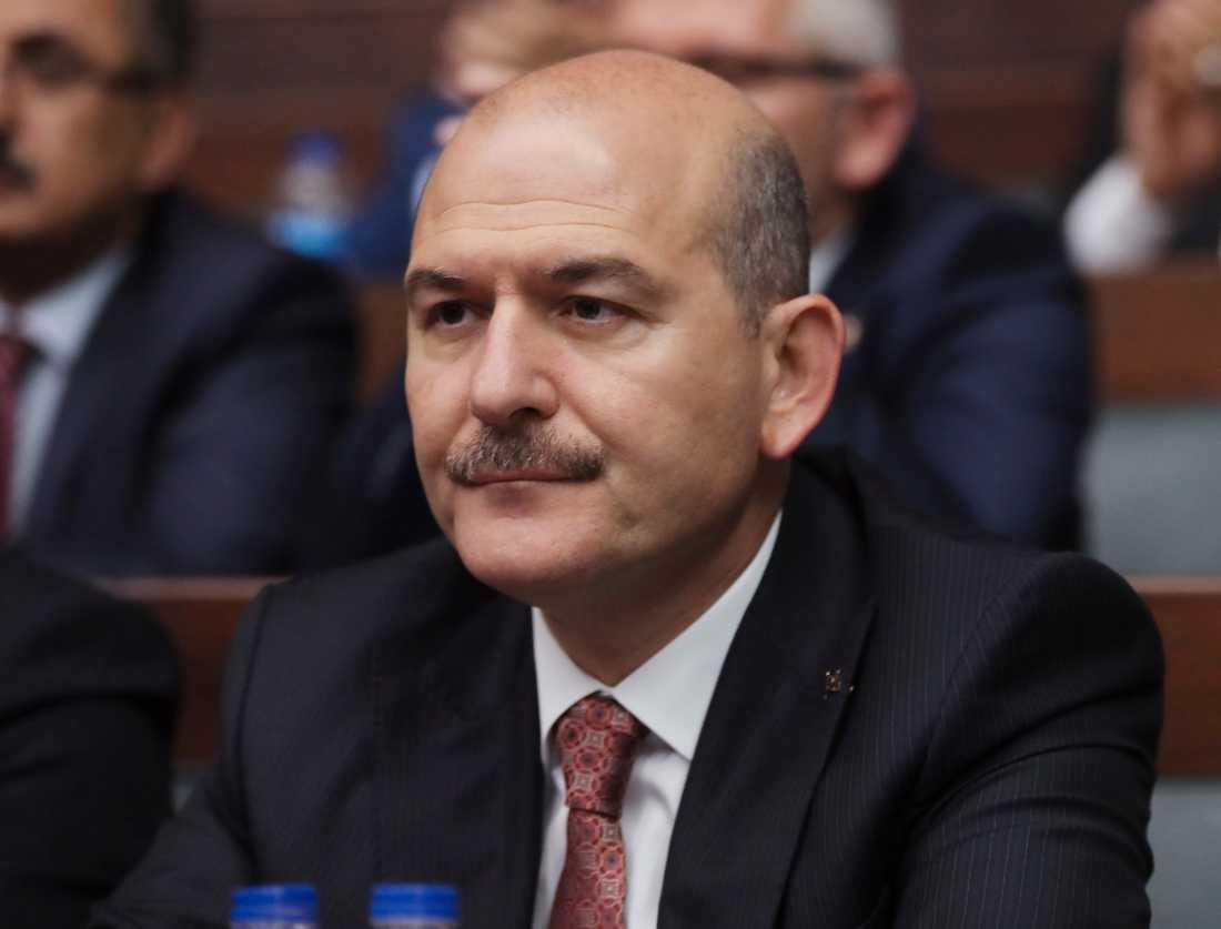 Turkiets inrikesminister Süleyman Soylu berättade om deporteringen av IS-fångar redan förra veckan. Nu har den inletts, enligt turkisk statlig tv.