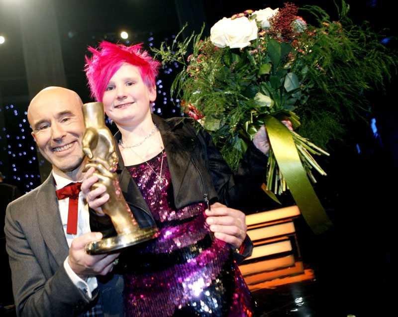 GLAD PRISTAGARE Liv Kjellberg tillsammans med konferencieren Mark Levengood på Svenska hjältar galan förra året.