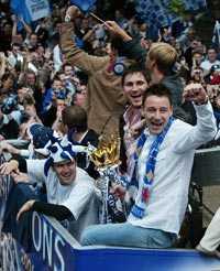 Frank Lampard och mittbacken John Terry jublade på dubbeldäckarens ovanvåning.