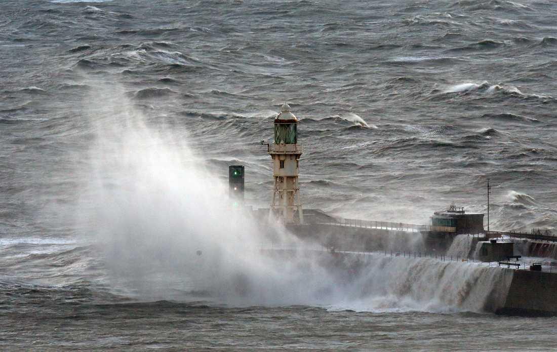 Vågor slår in mot hamnen i brittiska Dover i samband med stormen Angus