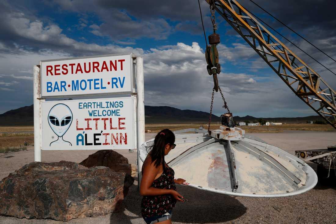 """En turist tittar på ett """"ufo"""" utanför """"Little A'Le'Inn"""" i Rachel, Nevada. Bild tagen i juli i år."""