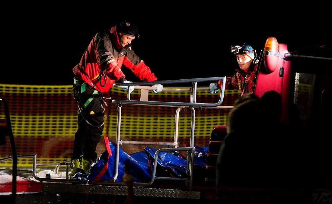 STÖRTADE NER FÖR STUP  Det var vid tio-tiden på fredagskvällen som olyckan inträffade. Ett sällskap med ryska turister var på väg med skoter från toppen av berget i Alpe Cermis. Skotern välte i pisten och störtade rakt ner i ett stup. Sex personer, fyra män och två kvinnor avled av skadorna.