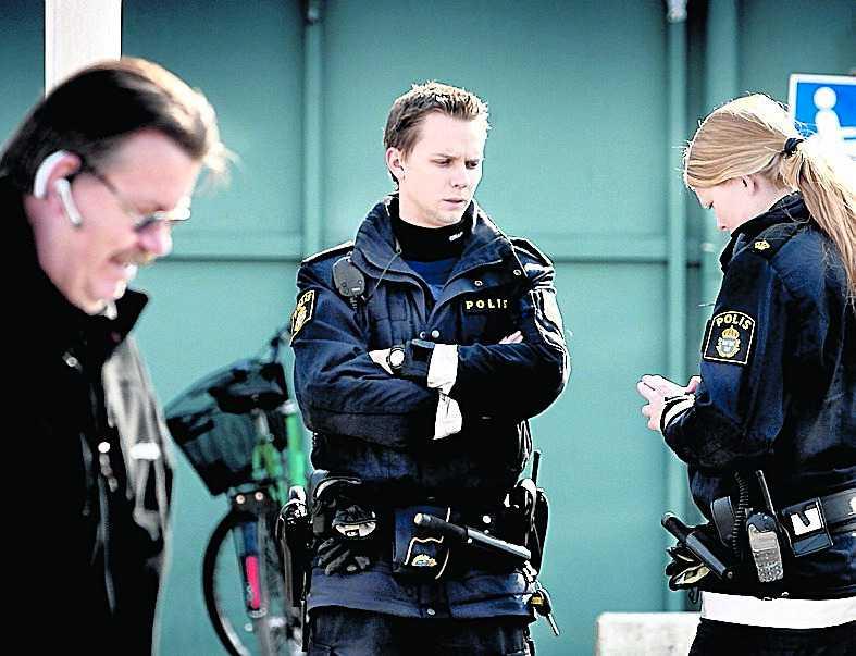 På jakt Ett tiotal poliser jagar mannen som attackerade paret. De har fått in ett stort antal tips.