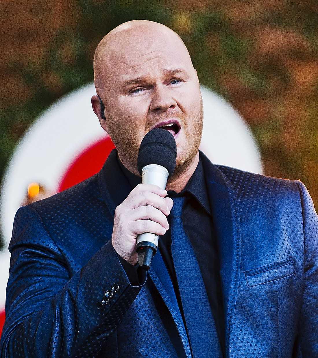 """Låtskrivaren och artisten Fredrik Kempe gillar inte att Danny hoppar på hans låt """"Popular""""."""