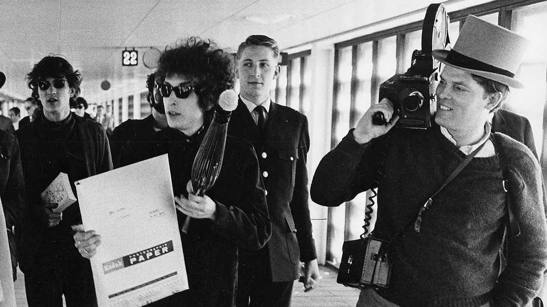 Rockumentärfilmaren D A (Donn Alan) Pennebaker till höger med Bob Dylan och följe på Arlanda i samband med Sverigebesöket 1966.
