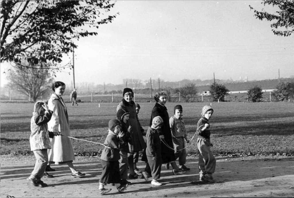 Vipeholm Barnpatienter. Foto i mitten på 1900-talet. Notera ledbanden