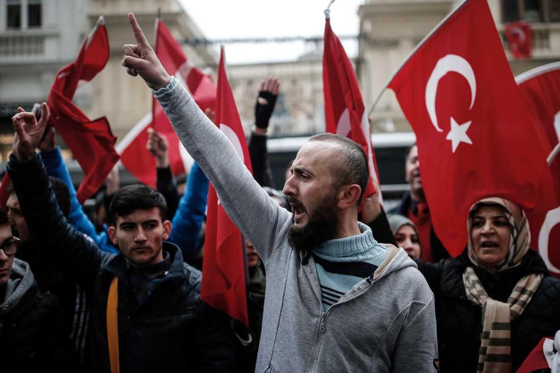 Människor protesterar utanför Nederländernas konsulat i Istanbul under söndagen.