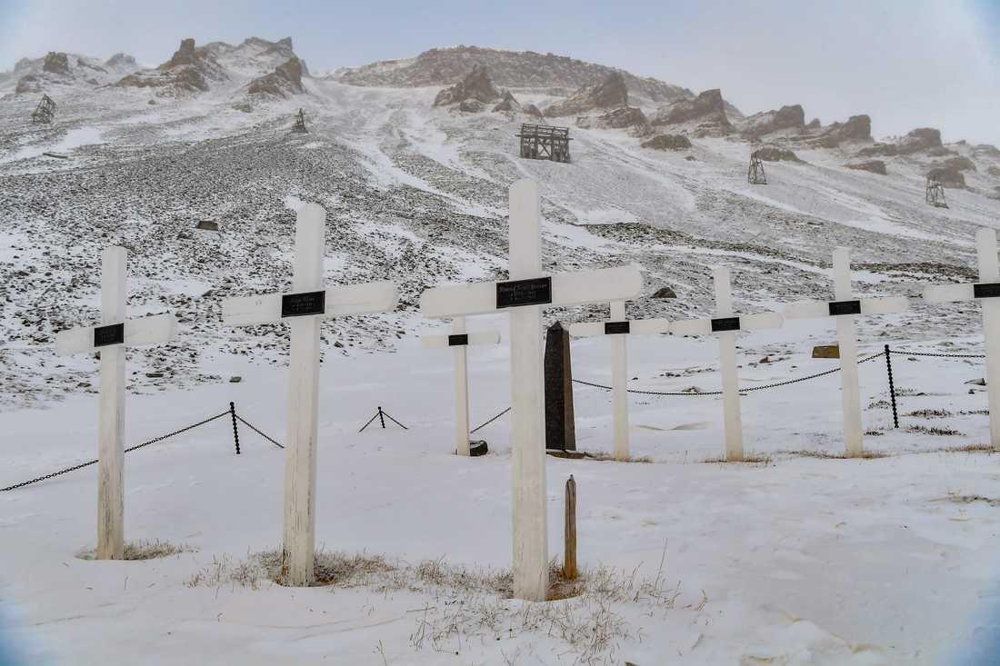 Inte ens de döda klarar sig undan klimatförändringarna på Svalbard – en av de platser i världen där den globala uppvärmningen går som snabbast. Kyrkogården i Longyearbyen måste flytta till en säkrare plats.