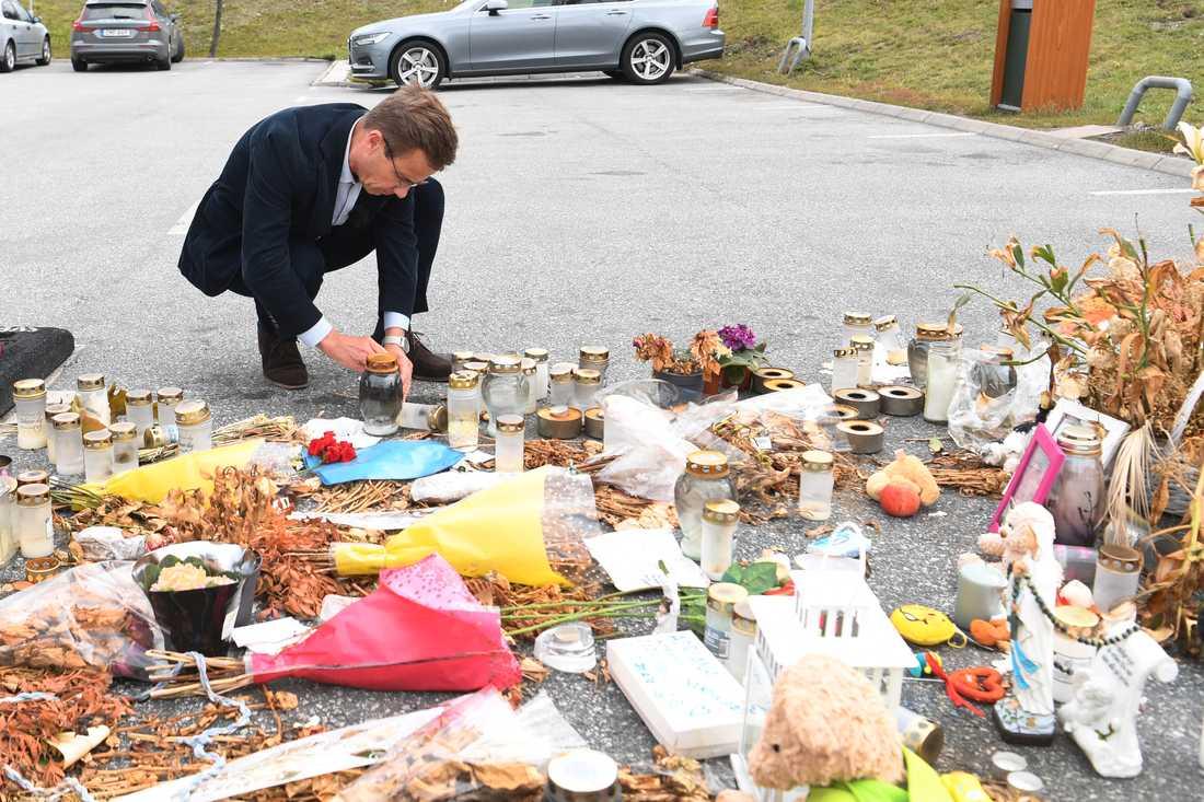 Moderaternas partiledare Ulf Kristersson tänder ett ljus på platsen i Botkyrka där en tolvårig flicka sköts ihjäl den 2 augusti. Han besökte också Våldspreventivt centrum i kommunen.