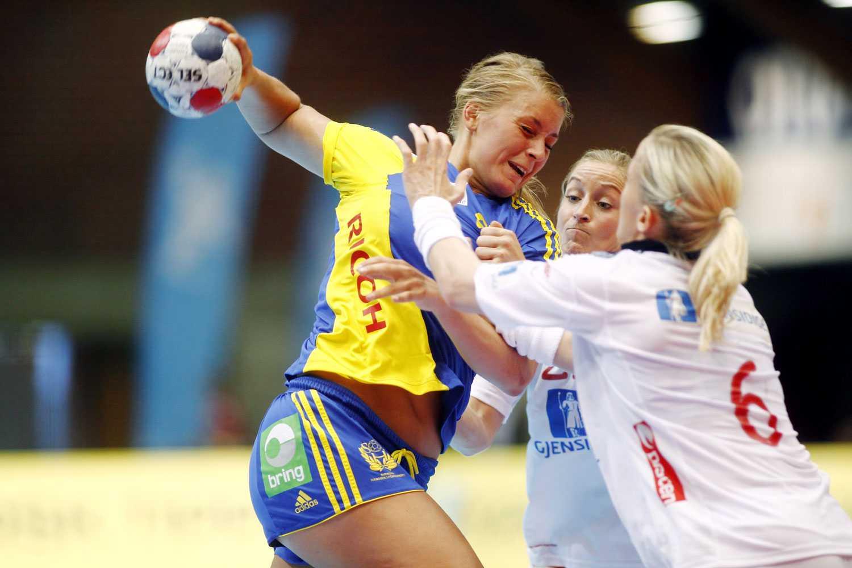 Sveriges bästa målskytt Isabelle Gulldén i kamp med det norska försvaret.