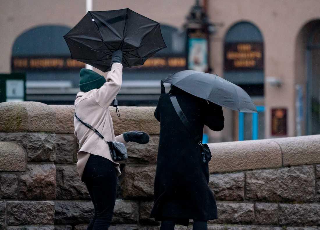 Paraplyproblem vid centralen i Malmö på lördagen.