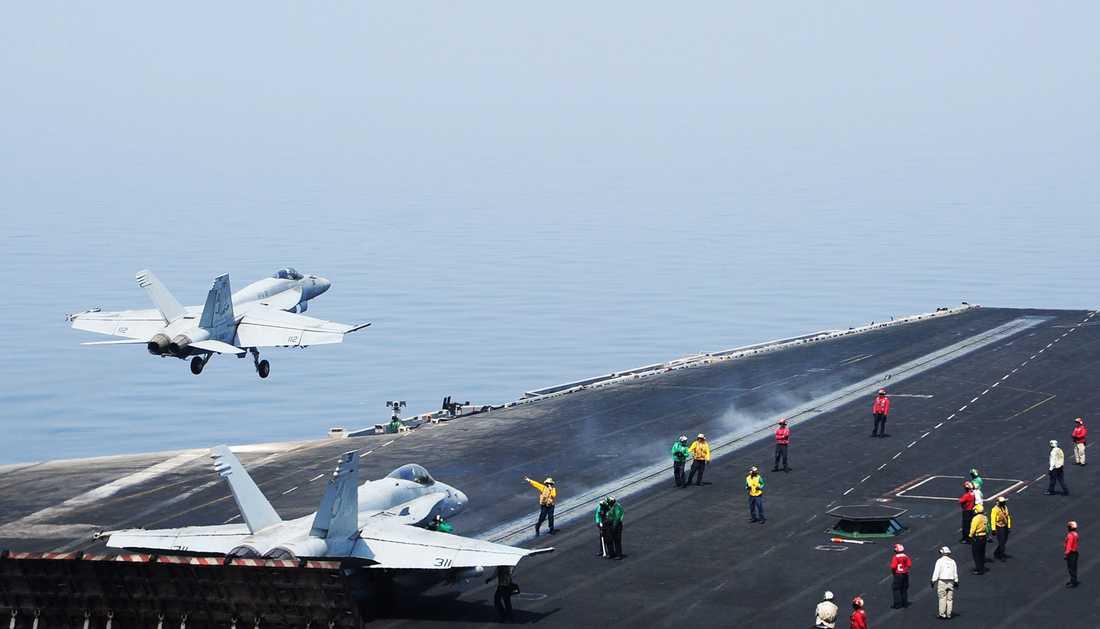 Planen landar på hangarfartyget i Persiska viken efter att ha attackerat sina mål.