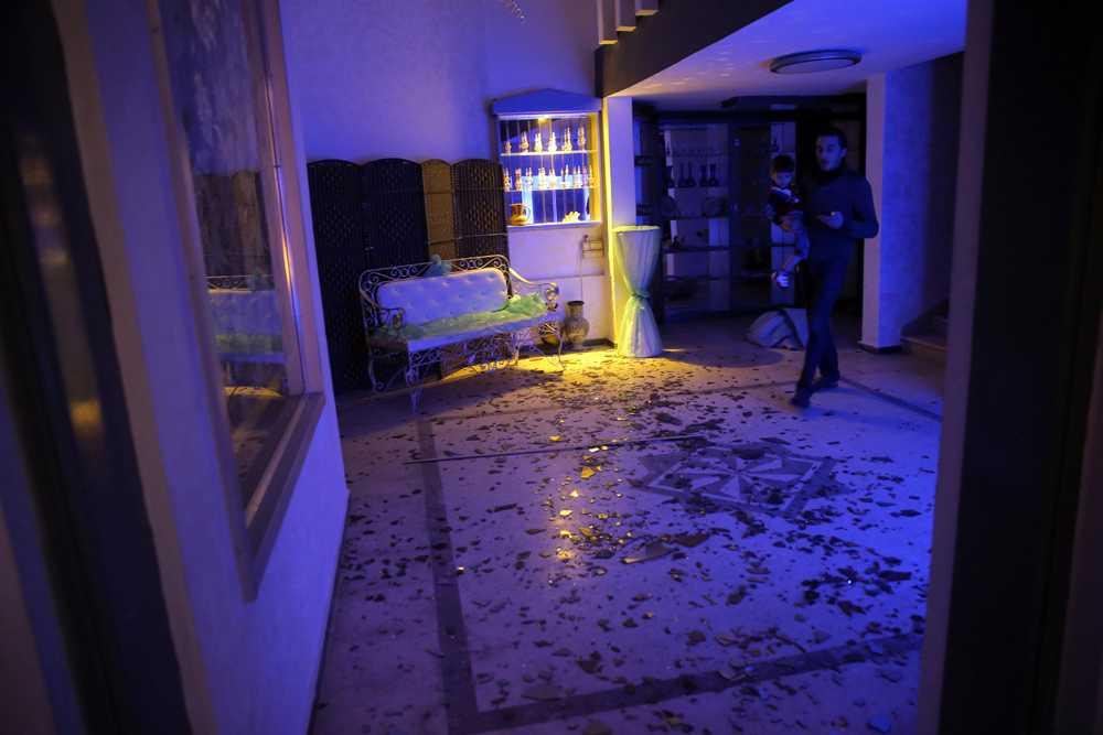 Glasskärvor på hotellets golv.