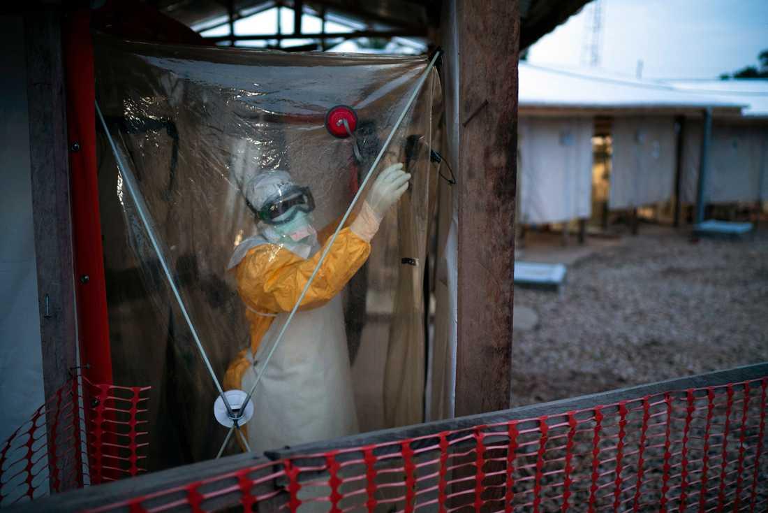 Insjuknade ebolapatienter isoleras i plasttält. Men det stora problemet är de som inte uppsöker vård vid de första symptomen, enligt WHO.